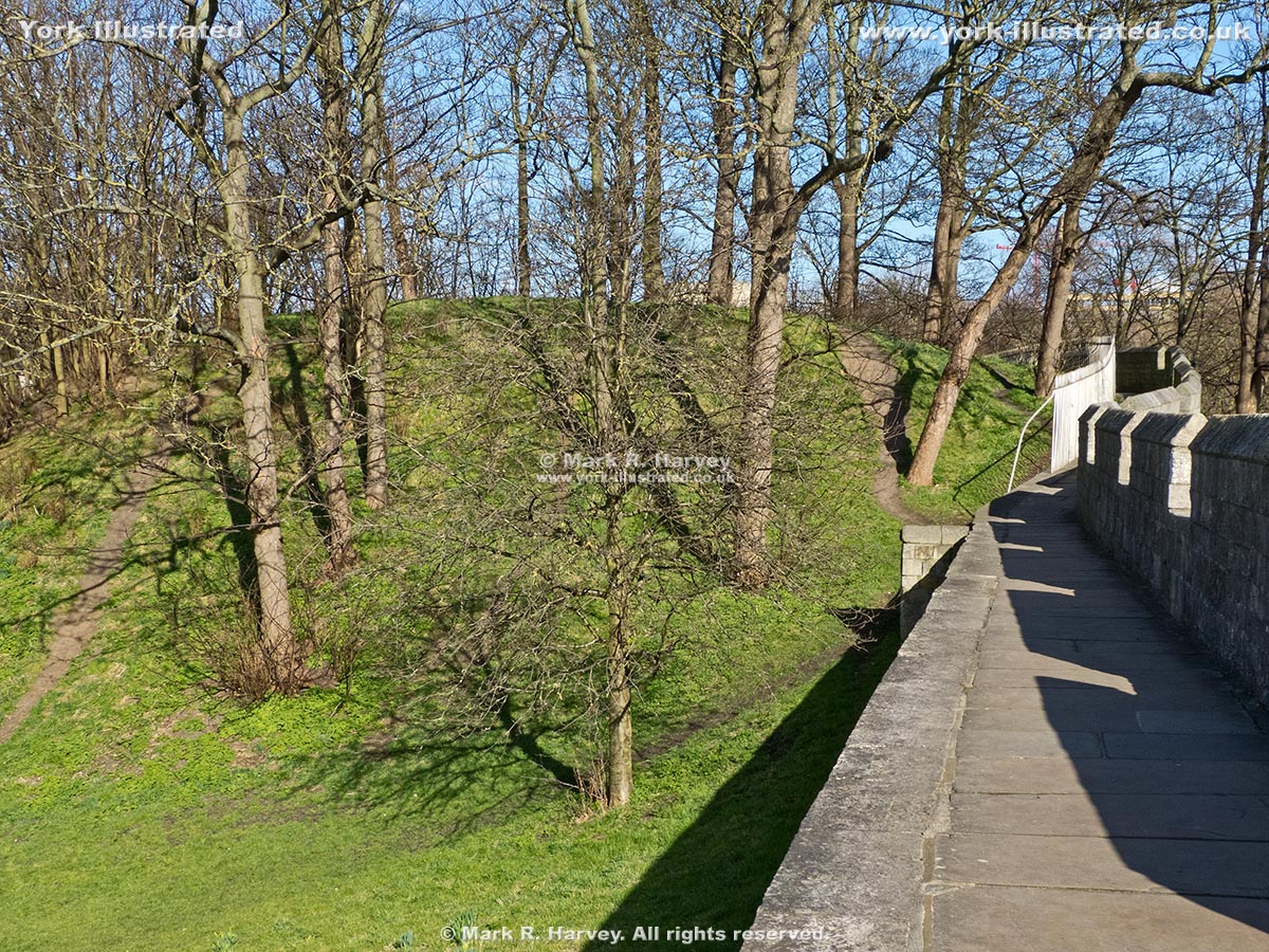 Photo: Baile Hill and the wall-top walkway near Skeldergate (York).
